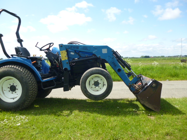 sold ! NEW HOLLAND TC27D STEER COMPACT TRACTOR