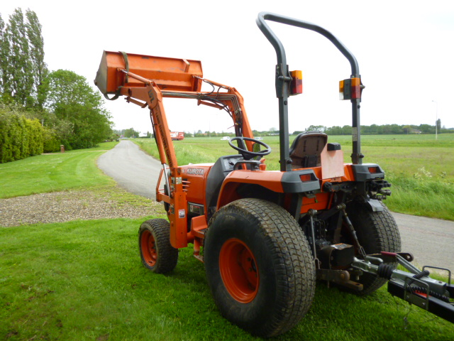 sold ! KUBOTA STV36 COMPACT TRACTOR LOADER