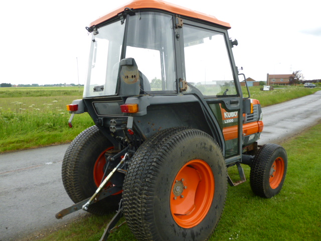kubota l3300 tractor with cab 4x4 compact 35ph turf tires. Black Bedroom Furniture Sets. Home Design Ideas