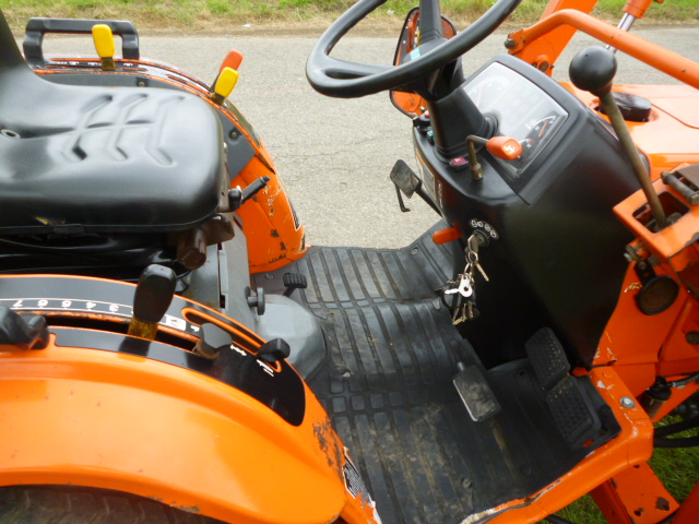 SOLD!!! KUBOTA B2710 COMPACT TRACTOR 4X4 WITH LOAD