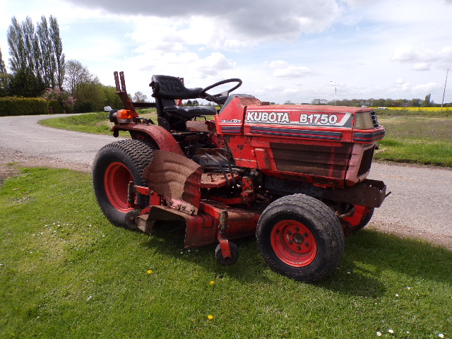 SOLD!!! KUBOTA B1750 COMPACT TRACTOR WITH MOWER DE