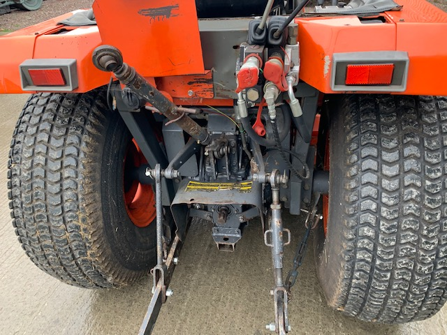 KUBOTA ST30 COMPACT TRACTOR WITH MID ROTARY DECK